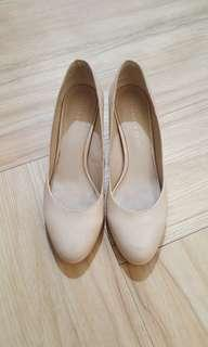 Nude pump shoes