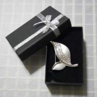 閃亮的心口針, a shiny pin/brooch