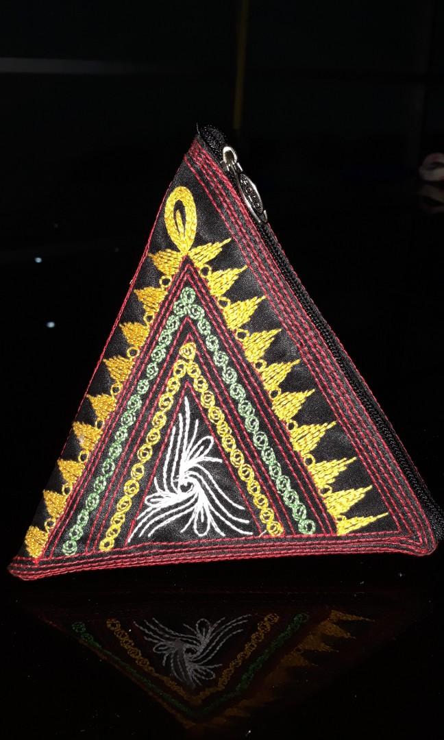 Dompet segitiga kerawang gayo