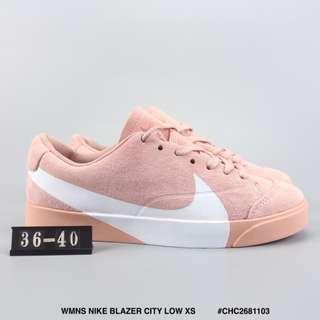 WMNS NIKE BLAZER CITY LOW XS 耐克開拓者低幫板鞋 大勾豬巴戈材質運動文化鞋粉白