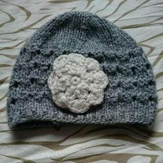⛄Winterwear sales* NewLook Grey Knitted Beanie With White Flower