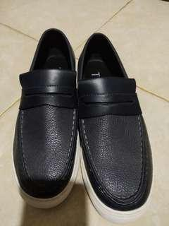 Sepatu size 42 by the executive