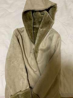 🚚 9成新厚外套。去年冬天去日本玩太冷時候購入。麂皮絨毛內裡十分保暖,但是衣服實在太多,年底清空ing(大地裸色系)