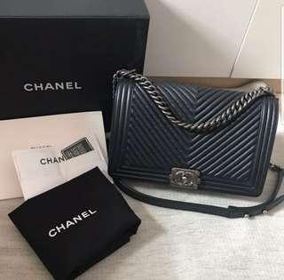 🚚 Chanel Boy Bag in Black Chervon RHW (New medium & full set)