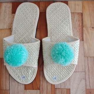 Sandal pandan pompom