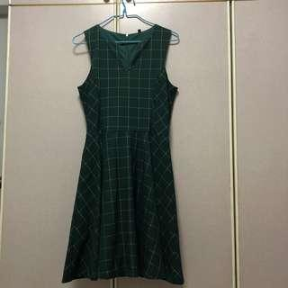 🚚 Grid dress in forest green