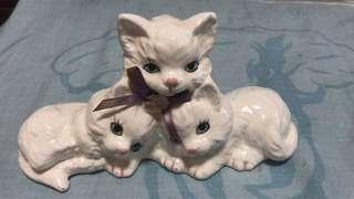 Family cat display make in porcelain