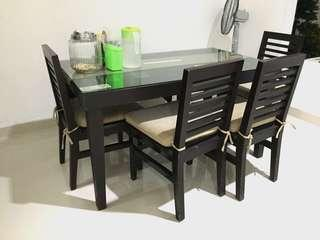 Meja makan 4 kursi