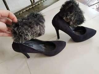 Heels with fur and zipper