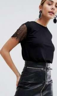 🚚 Black top with lace sleeves