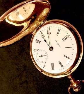1901 過佰年罕有古董美國華爾頓白瓷錶面機械上鍊懷錶 Rare Antique Over 100 Years American Waltham Porcelain Dial Mechanical Pocket Watch:  100%原裝美國制造,完美白瓷錶面藍鋼三針配上手工批花混金錶殼直徑55mm,彈蓋設計,朝天擺運行,運作正常。Original and Mint Porcelain Dial,hand made Fancy Gold Filled Case, working well