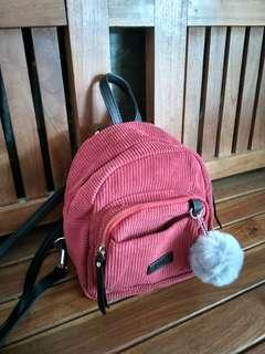 bagpack mini pompom