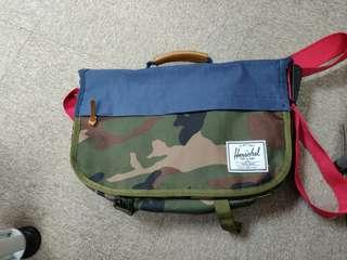 Herschel camo  messenger bag
