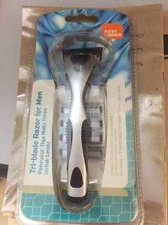 Tri-blade razor for men-Tri-blade/pivoting head/ lubricanting strip with 5 replaceable cartridges-$10 brand new