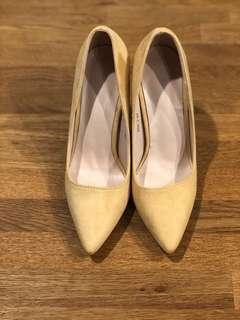 Brand New - Size 37 Pointed toe stiletto heels - Suede - Beige (Suede is defected)