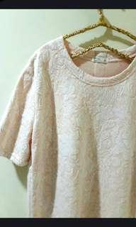 🚚 NET淡粉色白花長版上衣