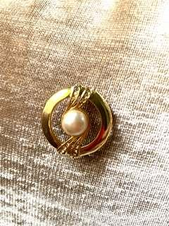 Cute round brooch with pearl and zirconia