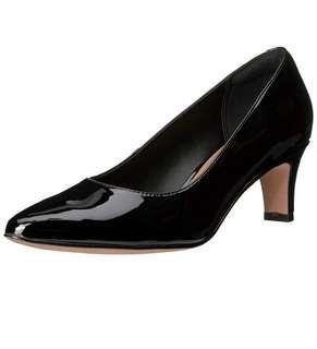 🚚 Clarks ladies black patent pumps