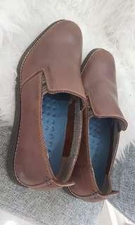 Sepatu Cowo brand Hush Puppies