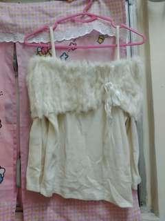 日caroll兔毛ㄧ字膊吊帶毛冷白色上衣