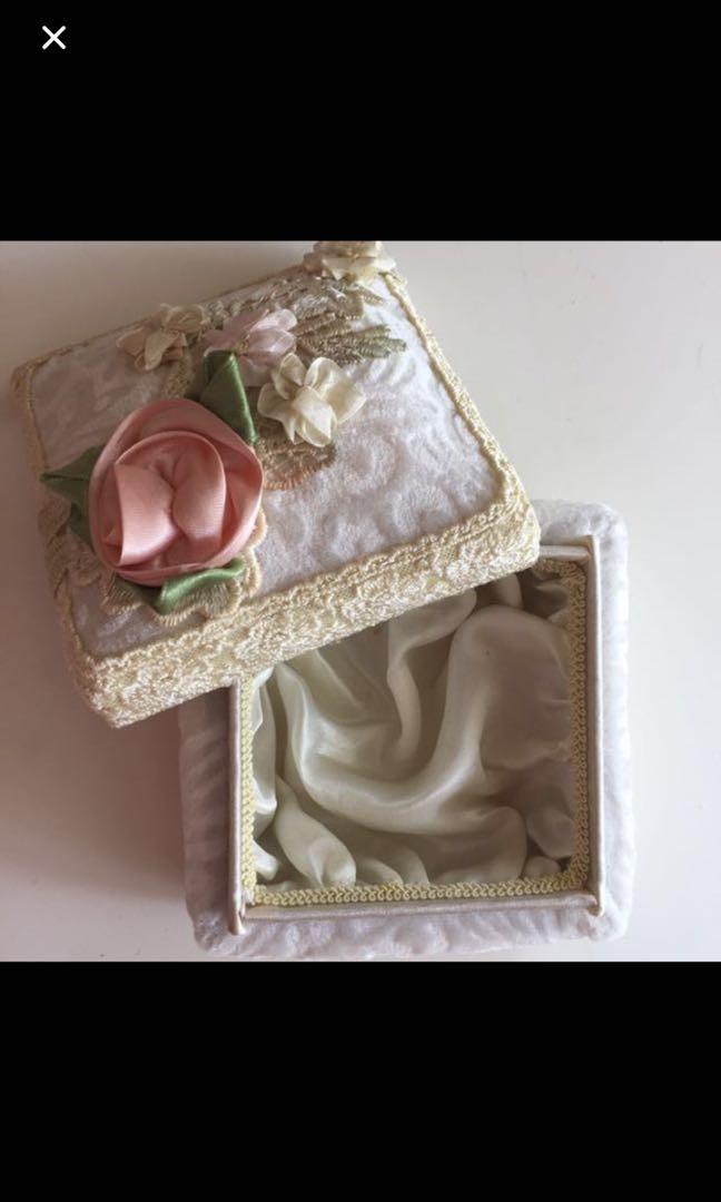 Soft cushioned box
