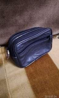 🚚 真皮腰包(尺寸:10x7x5公分),內層2層,外層一拉鏈袋。可穿上腰帶。