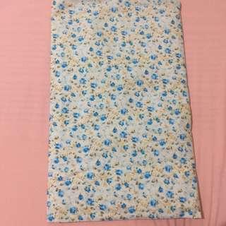 Jilbab segi empat motif bunga. Bahan adem dan tegak