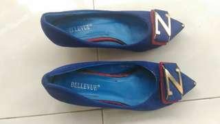 Sepatu biru beludru