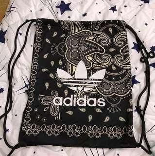 Adidas 黑色花紋索袋 側邊有拉鏈袋