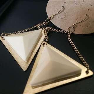 乳白色幾合立體三角垂式耳環(全新)