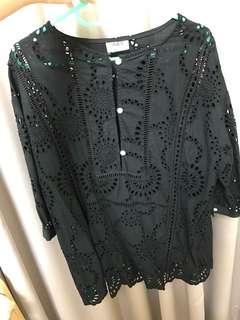 🚚 轉售小首爾商行黑色雕花蕾絲上衣七分袖