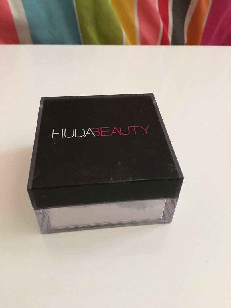 Huda Beauty loose setting powder