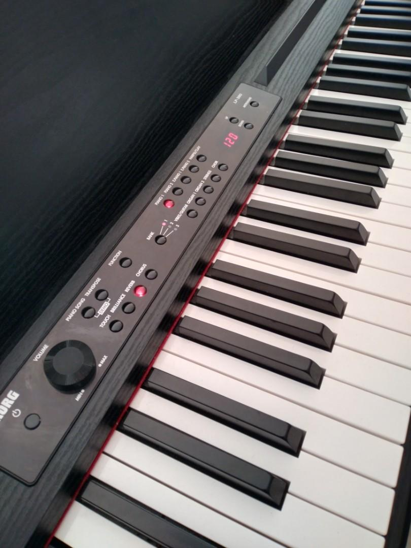 KORG LP-380 Digital Piano/GORG Keyboard (With some books