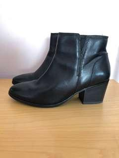 Black ankle (heeled) boots