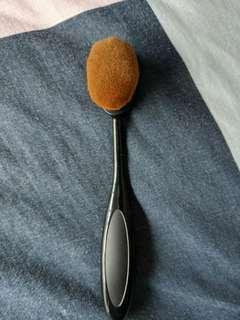Small oval face make up brush