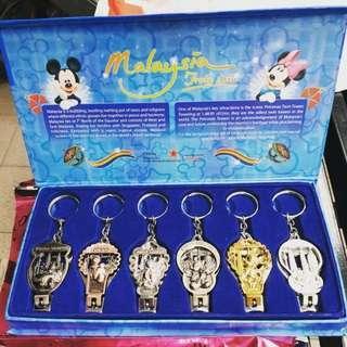 🚚 Disney Malaysia 迪士尼紀念版指甲剪鑰匙圈組 經典、質感、值得收藏,送禮自用兩相宜。  可當開瓶器使用。 一組六個,六種經典造型質感滿點。