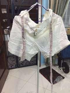 🚚 White shorts with flower belt