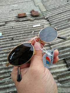 Vintage sunglasses 80s/John Lennon Sunglasses Brand: Rainbow R-1029 Vintage authentic Frame besi kuningan (gold) Stainless steel/anti karat Unisex(bisa untuk cowok/cewek) Terdapat ukiran unik pada bagian framenya Pad nose empuk New old stock