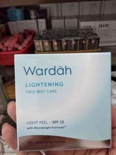 Wardah lightening two way cake light feel SPF 15