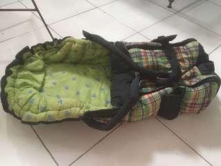Tempat tidur bayi untuk dalam mobil