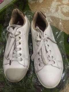 Sepatu kets putih stradivarius