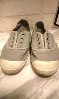 灰色休閒鞋