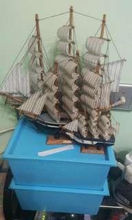 三隻模型船一共$50(大中小)