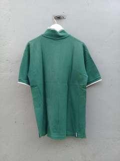 Kaos berkerah hijau