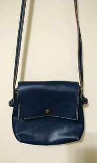 (全新)深藍色人造皮革斜揹小包