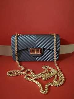 Pretty and sexy chain sling bag #slingbag #fashionbag #affordablebag #aparadoor #aparadoorbag  Please send us a private message before placing an order to ensure availability of said item. Thank you.  Price does not include shipping fee :)