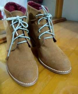 🚚 CHICA 麂皮氣墊粗跟短靴 39