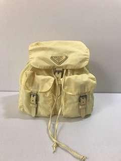 🚚 二手真品 PRADA 經典字母logo粉嫩鵝黃色三角鐵後背包