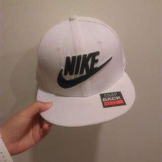 Nike 版帽 白色 大勾英文字 帶過幾次 9成新 有一小塊髒 但並不明顯 美國代購購入 絕對正品 超好看超好搭 我買1000 便宜賣 帽子就是要戴有牌的😏😏 喜歡私訊我喔🙌 誠可議價