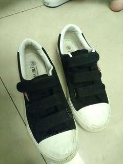 黑色魔鬼氈布鞋